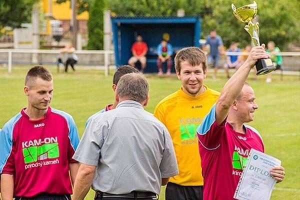 Machulinčania si prebrali z rúk podpredsedu ObFZ Ondreja Kozolku pohár za víťazstvo v II. C triede.