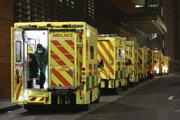 Sanitky pred Kráľovskou nemocnicou v Londýne.