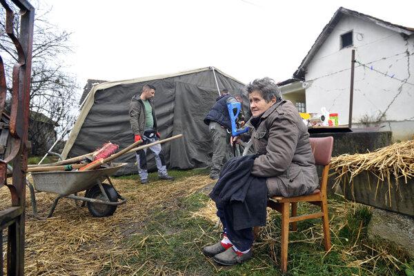 Zo zničených či poškodených domov sa Chorváti dočasne sťahujú do vojenských kasární či stanov.
