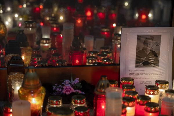 Zapálené sviečky pred Prezídiom Policajného zboru na Račianskej ulici v Bratislave na počesť zosnulého bývalého policajného prezidenta Milana Lučanského.