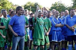 Momentka zo slávnostného vyhlásenia. Vľavo v modrom Štefan Kršiak, vedúci mužstva Zlatých Moraviec, vedľa neho s víťazným pohárom Miroslav Révay.