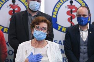 Prednostka infekčnej kliniky Fakultnej nemocnice Trnava Anna Strehárová (v popredí) počas tlačovej besedy pred začatím očkovania vakcínou na prevenciu ochorenia COVID-19 vo Fakultnej nemocnici v Trnave.