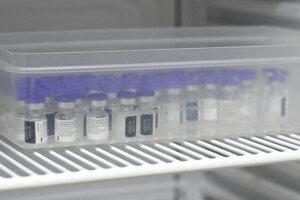 Na snímke očkovacia látka v ampulkách uskladnená v chladničke počas očkovania proti ochoreniu COVID-19