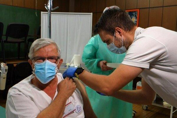 Prvým zaočkovaným lekárom v Martine je doktor Mirko Zibolen.