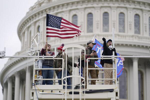 Stúpenci prezidenta Donalda Trumpa prenikli do budovy Kongresu počas debaty o výsledkoch prezidentských volieb.