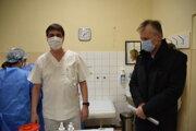 Primár oddelenia reprofilizovaných lôžok v súvislosti s ochorením COVID-19 Vladimír Lariš (vpravo).