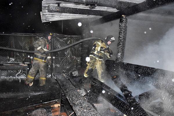 Hasiči zasahujú pri požiari domov seniorov v Ťumenskej oblasti.