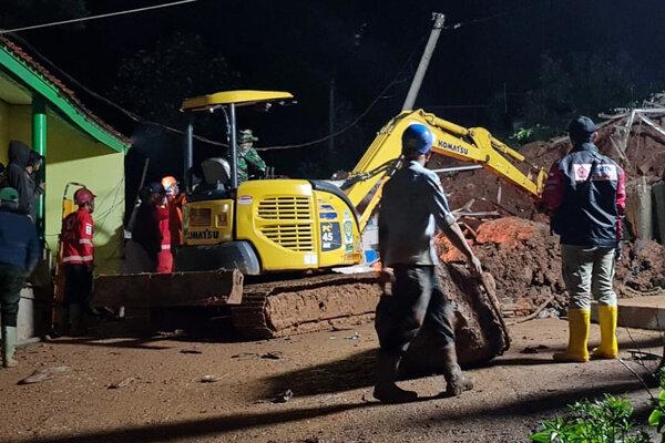 Záchranári pomáhajú na mieste nešťastia.