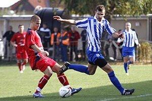 O druhú domácu prehru Šurian sa postarali hráči ČFK Nitra. Dva góly strelil Michal Bisák (vľavo).