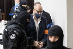 Pavla Ruska odvádzali zo súdu v putách.