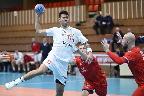 Hádzanári Česka (v červenom) nastúpili na sklonku minulého roka v príprave proti Slovensku.