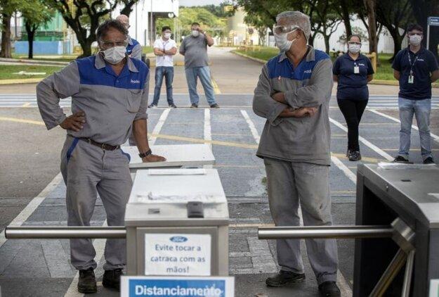 Pracovníci pred fabrikou koncernu Ford v brazílskom meste Taubaté.