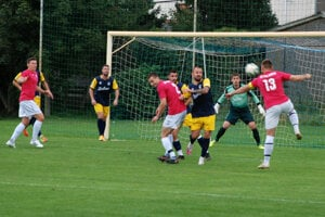 Záber zo stretnutia proti rivalovi z Hurbanova, ktoré Kolárovčania (v červenom) vyhrali 1:0.