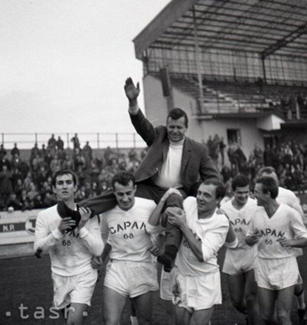 Stachová rozlúčka s futbalom na jeseň 1968. Capan nad hlavami spoluhráčov, zľava: Kuna, Zlocha, Kabát, Majerník, Štibrányi.