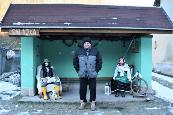 """""""Veruže je pekná tá naša zastávka,"""" tvrdí pán Nemčok (na foto), ktorého výtvory Evky Skrutkovej tešia."""