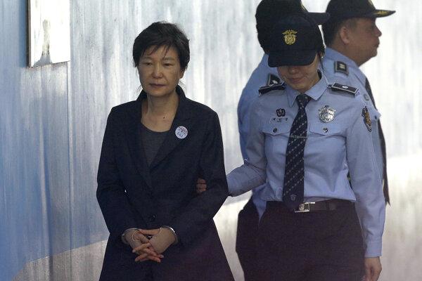 Pak Kun-hje na súdnom pojednávaní.