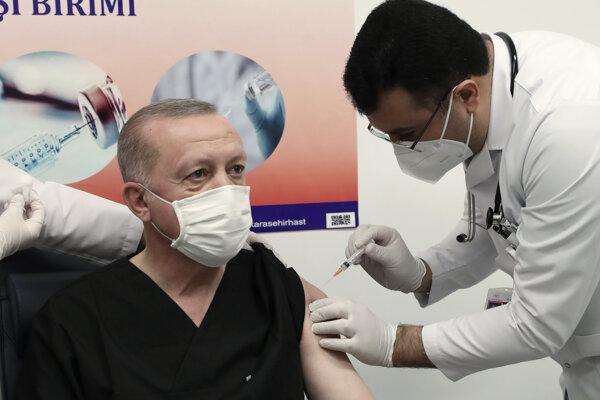 Tureckého prezidenta Recepa Tayyipa Erdogana zaočkovali čínskou vakcínou Sinovac.