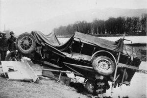 25. apríla 1929 o 3.00 hodine ráno išiel skladník Ústredného nákupného družstva v Žiline nákladným autom od Žiliny ku Strečnu. V aute viezol jednu osobu. Šofér pravdepodobne v hmle nezbadal, že cesta sa stáča do zákruty. Išiel rovno, vrazil do cestných stĺpov, pričom pri náraze on a spolujazdec z auta vypadli. To im zachránilo životy, lebo následne nákladné auto z 30 metrov vysokého brehu spadlo do Váhu. Šofér aj jeho spolujazdec utrpeli značné zranenia.