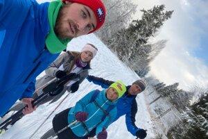 Futbalista Andrej Vida (v pozadí) so svojou rodinou trávi voľný čas najmä v prírode.