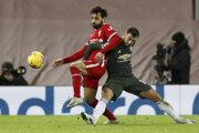 Mohamed Salah (v červenom) v súboji s Brunom Fernandesom.