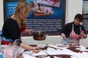Henrieta Rojková a Zuzana Mezencevová predvádzajú intuitívnu maľbu čokoládou.