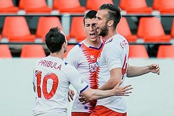 Lukáš Szabó (v strede medzi Pribulom a Chrappanom) v sobotu otváral skóre zápasu FC ViOn - Senica (2:1).