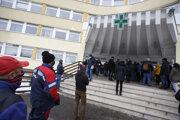 Ľudia čakajú pred odberným miestom v bratislavskej Ružinovskej poliklinike počas celoplošného skríningového testovania na COVID-19.