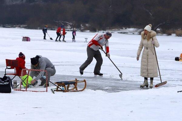 Príprava ľadovej plochy na zvolenskej priehrade.