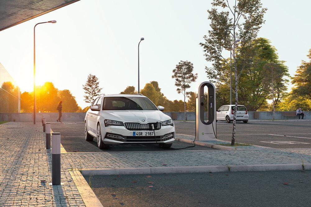 Škoda Octavia vo verzii plug-in hybrid iV zvláda dojazd okolo 60 kilometrov čisto na elektrinu.