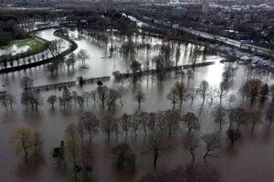Povodňou zasiahnuté územie Didsbury v blízkosti Manchestru.