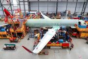Zamestnanci Airbusu pracujú na finálnej montáži Airbusu A320 v Hamburgu.