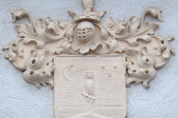 Erb rodu Čelko na knižnici v Kysuckom Novom Meste