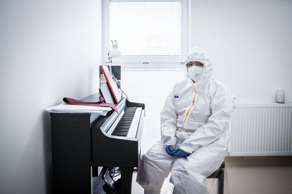 Primárka OAIM Dagmar Bodáková po službe relaxuje pri elektronickom klavíri. Ako takmer vyštudovaná konzervatoristka hrá skladby ruského skladateľa Sergejeva Vasilieviča Rachmanina.