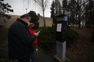 Starší ľudia majú pri cintoríne problém s platením za parkovanie. Parkomat využiť nemôžu, musia poslať SMS alebo použiť aplikáciu.