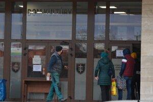 V piatok sa aj vďaka online registrácii veľké rady pred odberovými miestami v Topoľčanoch netvorili.