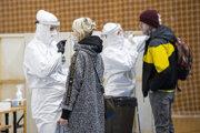 Snímka z odberového miesta v športovej hale v Pezinku počas celoplošného  skríningového testovania ľudí na ochorenie COVID-19 na Slovensku.