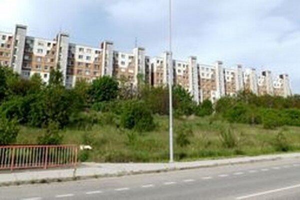 Stavebné pozemky sa nachádzajú na svahu medzi cestou a bytovým domom. Jeho obyvatelia s výstavbou nesúhlasia.