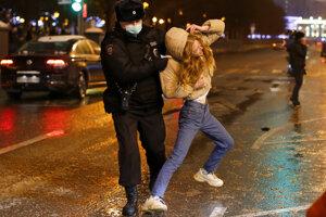 Polícia zatýka v Moskve.