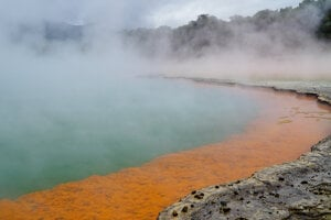 Národný park Wai-o-tapu je plný farebných sírnych prameňov.