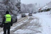 Cesta na Cemjatu bola ráno neprejazdná. Problémy mali aj vozidlá hromadnej dopravy.