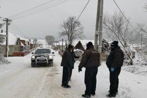 MOPS hliadkujú pri vstupe do Rómskej osady.