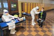 Vo Vrútkach stihli otestovať za víkend 2069 ľudí. Štyria z nich mali pozitívny test na covid-19.