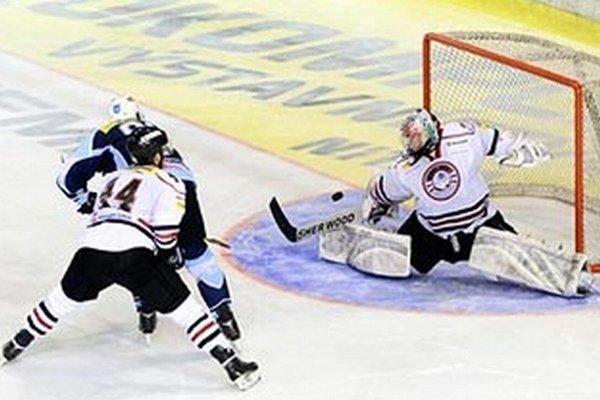 Richard Lelkeš otváral skóre zápasu v 3. min. a tiež strelil rozhodujúci gól v predĺžení. Na snímke moment, po ktorom vypukla postupová radosť Nitranov.