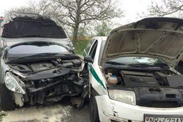 Opitého vodiča zastavila až zrážka s policajným autom.