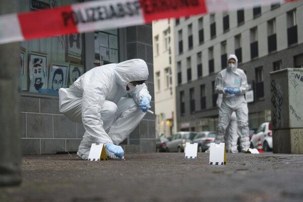 Forenzní vyšetrovatelia na mieste útoku vo Frankfurte nad Mohanom.