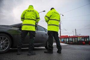 Policajti kontrolujú dodržiavanie protipandemických opatrení na Gagarinovej ulici v Bratislave v stredu 27. januára 2021.
