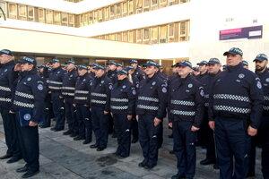 Mestskí policajti nastúpení pri budove magistrátu vlani v januári, kedy ich oceňoval košický primátor Jaroslav Polaček. Ich zástupy sa rozšíria.