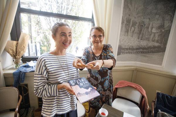 Diana Mašlejová, vľavo, a Zuzana Godárová počas krstu knižky o princeznej Štefánii v kaviarni Štefánka.