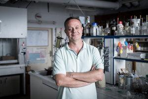 Peter Szolcsányi (1971) je organický chemik. Pôsobí na Fakulte chemickej a potravinárskej technológie Slovenskej technickej univerzity v Bratislave. Pochádza zo Štúrova, študijné pobyty absolvoval na univerzitách v Oxforde, Cambridgei a Zürichu. Je autorom knihy Súkromný život molekúl, ako aj početných vedecko-popularizačných článkov a prednášok, v ktorých vtipne približuje svet prírodných vied.