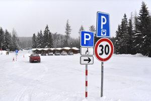 Takýto pohľad na tatranské parkoviská je raritou. Zvyčajne býva parkovisko na Štrbskom Plese plné. Tento problém majú v sezóne všetky tatranské osady.